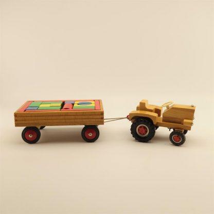 tracteur-vintage-en-bois-avec-remorque-de-cubes-heros-1